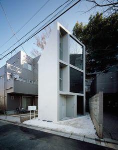 「轉個彎,就發現新世界了!」 這棟位在日本東京的住宅案,因為考量到住宅前的街道非常狹窄,建築師因此捨棄原本設計的方形結構體,讓建築的立面轉了個彎,與道路之間呈現一個63.02度的傾斜。 而這一轉,反倒將隔壁的那棵櫻花樹給「轉進」家中了。在室內有櫻花相陪,屋主想必也與其一樣綻放著美麗的好心情吧! Jo Nagasaka + Schemata http://schemata.jp/english/works/