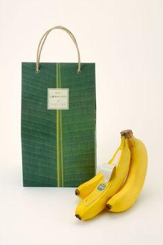 nendo佐藤オオキ氏のパッケージデザインが光る、プレミアムバナナ (1/3) デザイン Excite ism(エキサイトイズム) Organic Packaging, Fruit Packaging, Brand Packaging, Packaging Design, Branding Design, Fruit Gifts, Fruit Displays, Famous Art, Thai Style