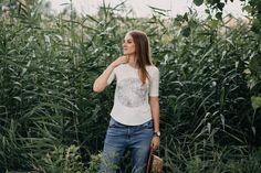 """Je ilustrovaný svět plný přírodních motivů. S láskou k celému světu, s poctivostí, s detailem i krásou tvoří malé kolekce oblečení, šperků, doplňků a také kreseb. Lokální výroba, pomalá móda, jedinečné ilustrace. """"Zpomal, rozhlédni se kolem sebe, nadechni se a vnímej jedinečný okamžik."""" Lace, Shopping, Tops, Women, Fashion, Moda, Fashion Styles, Racing, Fashion Illustrations"""