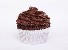 Cupcake con cobertura de chocolate. Proximamente en la tienda de www.matrioskaseventos.com