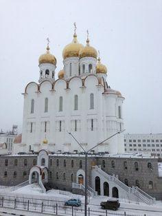Fotografía de Holy Trinity Cathedral, Magadan: Вид Собора со стороны улицы Пролетарской. Echa un vistazo a los 679 vídeos y fotos de Holy Trinity Cathedral que han tomado los miembros de TripAdvisor.