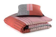 Zacht roze dekbedden fleuren je klassieke/moderne slaapkamer helemaal op. Het Mae Engelgeer-dekbedovertrek Art Multi is vervaardigd uit 100% hoogkwalitatief en zeer zacht katoensatijn. Het dekbedovertrek combineert zacht roze met hardere kleuren. Past op elk bed of matras. Bij Sleeplife® begeleiden we je stap voor stap naar de best passende lattenbodem, boxspring, matras of hoofdkussen.