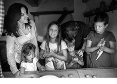 14 listopada, Dania. Frederik i księżna Mary świętowali Kobberbryllup, czyli 12,5 rocznicę ślubu. Już wcześniej opublikowano znaczki całej rodziny w narodowych strojach Grenlandii. Z kolei 14 listopada opublikowano oficjalne zdjęcia.