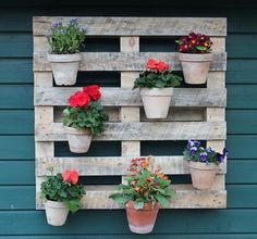 Recycle old pallets into a stylish vertical garden wall /// Tolle Recycling Idee: Ein vertikaler Garten aus einer alten Palette.