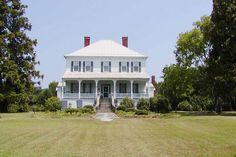 Beautiful historical plantation with main house and buildings. So much history! Originally owned by the Family of General Francis Marion (The Swamp Fox). Private location beside the shores of Lake Marion. Must contact L.A. for showing arrangements.