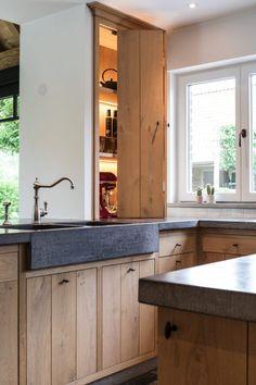 Exclusieve landelijke keuken met uitbouw - Hoog ■ Exclusieve woon- en tuin inspiratie. Rustic Kitchen Design, Country Kitchen, New Kitchen, Kitchen Dining, Kitchen Decor, Kitchen Shelves, Kitchen Cabinets, Küchen Design, Beautiful Kitchens