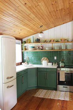 Cabin Kitchens, Cool Kitchens, Beach Cottage Kitchens, Cottage Kitchen Decor, Green Kitchen Cabinets, New Kitchen, Island Kitchen, Kitchen Interior, Kitchen Design