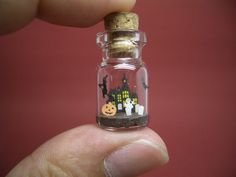 ~Bottle of tiny Halloween~ There is a haunted house behind. *Ghost is around the grave. * You can see a bat flying. Bottle Jewelry, Bottle Charms, Bottle Necklace, Clay Charms, Bottle Art, Clay Jewelry, Jewlery, Small Bottles, Bottles And Jars