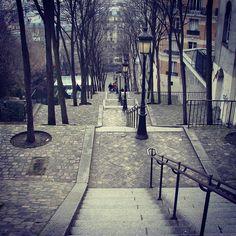 Hoy es martes y segun @pepi_dospasaportes hay q viajar!! Asi que me fui al arcon a buscar fotos y les muestro esta que es una de mis preferidas.... hace unos años....ya 10????? Bueno hice un viaje para visitar a mi amiga,Ale y de vuelta estuve unos dias en Paris... mori!!! Me encanto y volvería mil veces!,esta foto la saque en Montmartre.... bajando a la plaza enfrente al Sacre Coeur. Este barrio me fascinó! !!! De hecho fui en enero....frio de morir...lluvia...y el ultimo dia, que salió el…