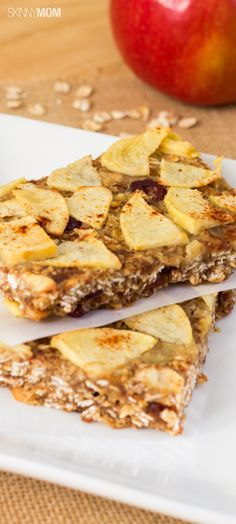 These apple oat bars are both healthy and delicious! You know we love our apples any way we can get them :) Low Fat Snacks, Low Calorie Snacks, Breakfast Recipes, Snack Recipes, Cooking Recipes, Clean Eating Oatmeal, Snacks Saludables, Healthy Desserts, Healthy Breakfasts