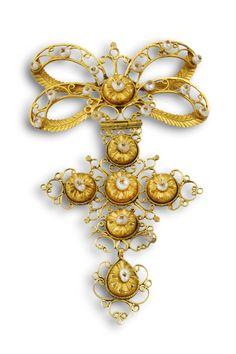 Ansorena -  Colgante siglo XVIII en oro amarillo de 18 quilates, con perlitas aljofares barrocas.