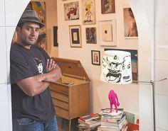 El artista plástico Starsky Brines acondicionó una sala contigua a su taller con obras propias y de otros autores, más objetos encontrados en la calle. Allí escucha discos de vinilo, lee y escribe. / Fotografía: Carolina Muñoz