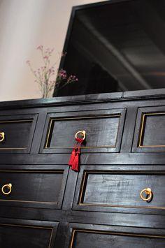 Black Gold Bedroom diy black and gold dresser Black Gold Bedroom, Black Master Bedroom, Master Bedrooms, Diy Furniture Upgrade, Furniture Ideas, Makeover Before And After, Diy Interior, Black Decor, Diy Painting