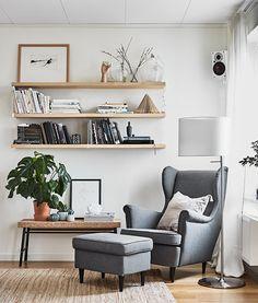 Met veel textiel geef je de woonkamer een huiselijke sfeer | IKEA IKEAnl IKEAnederland inspiratie wooninspiratie interieur wooninterieur kamer woonkamer STRANDMON fauteuil zetel sofa stoel poef licht decoratie