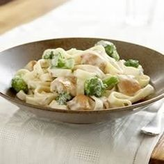 Oh, chicken alfredo: It's the classic pasta we just can't seem to get enough of. Of course there are tons of jarred pasta sauces you can buy, but making alfredo from-scratch is actually so easy. Fettucine Alfredo, Alfredo Recipe, Kraft Recipes, Pasta Recipes, Chicken Recipes, Cooking Recipes, What's Cooking, Dinner Recipes, Alfredo Chicken