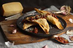 Ravioli di pane carasau con crema di pomodori secchi e acciughe.