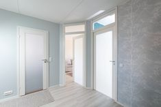 JELD-WENin ADVANCE-valikoiman Unique Spa 500 on modernin suoralinjainen ja tyylikäs sisäovi, joka soveltuu myös kylpyhuoneeseen. Spa