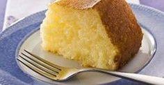 Bolo de tapioca fácil. Misture 2 xíc de tapioca c/ 3 1/2 xíc de leite e deixe repousar por 1 hora. No liquidificador, bata 1/2 xíc de coco fresco ralado, 2 xíc de leite por 3 min. Reserve. Na batedeira bata por 10 min: 4 ovos grandes, 2 xíc de açúcar e 150 g de manteiga em tempera ambiente. Junte a mistura de coco e bata rapidamente. Adicione a tapioca e deixe descansar por 5 min. Misture tudo com colher de pau e despeje em fôrma de buraco no meio, de 22 cm de diâmetro, untada com manteiga.