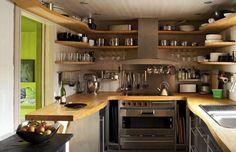 cocina pequeña con estanterías