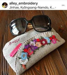 What a cute embroidered clutch! Embroidery Purse, Ribbon Embroidery, Embroidery Stitches, Embroidery Designs, Hand Embroidery Patterns, Jute Bags, Patchwork Bags, Fabric Bags, Handmade Bags