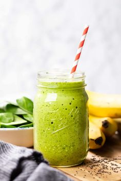 Start your day with healthy and nutritious Green Smoothie. Made with 6 ingredients, this is a great treat for your breakfast, lunch or for post-workout. Lunch Smoothie, Breakfast Smoothie Recipes, Smoothie Blender, Green Smoothie Recipes, Healthy Smoothies, Green Smoothies, Banana Oatmeal Smoothie, How To Make Greens, Frozen Banana