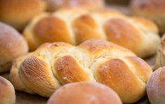 Voňavé domácí pečivo: Křupavé houstičky Challah, What Is Shabbat, Greek Bread, Salsa Teriyaki, No Rise Bread, Braided Bread, Baking Supplies, Dinner Rolls, How To Make Bread