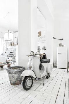 Classic vespa and white loft interior. Vespa 50, Scooters Vespa, Vespa Bike, Lambretta Scooter, Retro Scooter, Scooter Custom, Kick Scooter, Vintage Vespa, Fiat 500 Pink