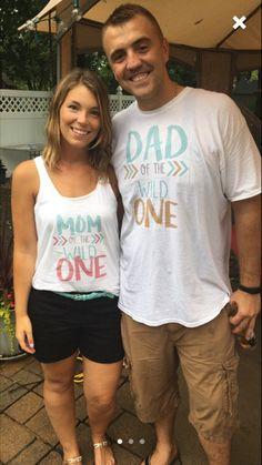 Mamá y papá de una salvaje conjunto camisa 2 salvaje y un