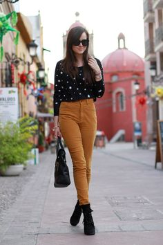Cómo lucir el color mostaza y cómo combinarlo en tus looks. Ideas de outfits de egobloggers y street style. Tendencias de moda Otoño-Invierno...