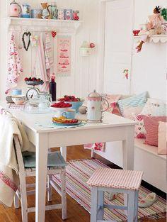 Кухня в стиле шебби-шик: винтажная роскошь для ценителей комфорта и 80 уютных интерьеров http://happymodern.ru/kuxnya-v-stile-shebbi-shik/ Текстиль на кухне шебби-шик всегда уместен: цветастые полотенца, мягкие подушки или обшивка стульев выглядит очень атмосферно