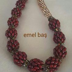 Superduo raspberry by Emel Bas - superduo danner en stor perle