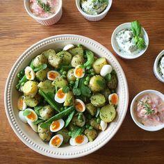Bramborový salát s hráškem a dipy k dnešnímu grilování #prkýnko #potatosalad #peas #basilpesto #mint #quaileggs