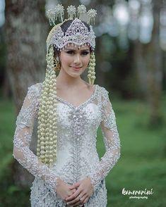Al Mathari : Kabaya Sunda Wedding Makeup, Diy Wedding, Dream Wedding, Kebaya Wedding, Javanese Wedding, Kebaya Dress, Akad Nikah, Pretty Photos, Wedding Looks