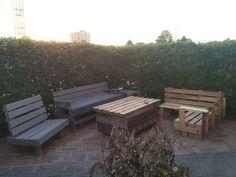 Tafel van afvalhout en pallet met klein hoekbankje gemaakt. Nog schuren en wat verf erop en dan maar hopen dat de zon binnenkor5 lekker schijnt om te gaan loungen