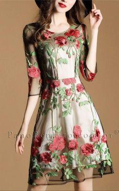 Vestido Curto com Bordado de Rosas Fofíssimo