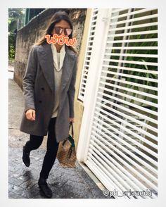 WOW! Começar a segunda com estilo sempre dá uma animada né? Calça skinny, blusa com gola caída, maxi blazer, bota cano curto e óculos sensa!!!! #streetstyle #maxiblazer #skinny #botacanocurto #óculosespelhado #personalbranding #pbcrisueda
