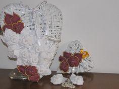 ciao a tutti questi cuoricini sono fatti con carta di giornale,una spruzzata di bianco e fiorellini in stoffa