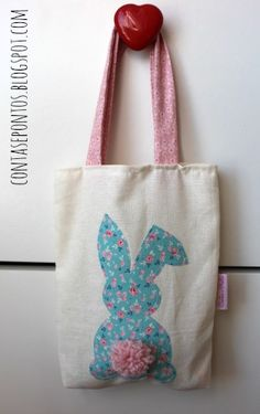DIY bunny bag inspiration for Easter craft - Saco - Páscoa Easter Projects, Easter Crafts For Kids, Easter Ideas, Fabric Crafts, Sewing Crafts, Sewing Projects, Diy Ostern, Fabric Bags, Kids Bags