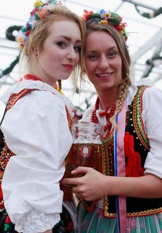 Flower hats at Oktoberfest Oktoberfest Costume, Oktoberfest Beer, German Beer Festival, I Like Beer, German Women, Flower Hats, Best Beer, Polish Girls, Still Image