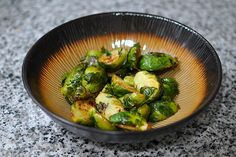 Roasted Brussels Sprouts with Honey, Lemon, and Thyme - Christopher's favorite vegetable! If you don't like brussel sprouts, you've never had them roasted. Side Dish Recipes, Side Dishes, Thyme Recipes, Dressing Recipe, Foods To Eat, Bon Appetit, Honey Lemon, Delish, Vegetarian Recipes