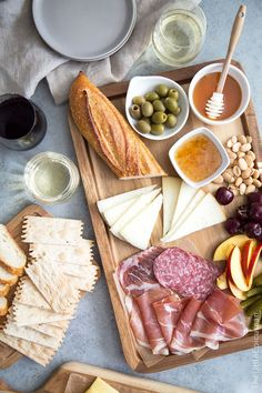 Meat and Cheese Board + Wine Pairing Tips Meat And Cheese Tray, Wine And Cheese Party, Types Of Cheese, Wine Cheese, Best Appetizer Recipes, Appetizers For Party, Food Platters, Cheese Platters, Charcuterie And Cheese Board