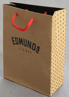 Hier seht Ihr eine Papiertüte aus Naturpapier mit einem schwarzen vollflächigen Druck und einer roten Baumwollkordel Paper Shopping Bag, Bags, Handbags, Bag, Totes, Hand Bags