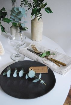 minimalist Christmas table with fresh greenery and paper parcels - Scandinavian style Christmas decorations - black plates Christmas Dining Table, Christmas Table Settings, Christmas Tablescapes, Beautiful Christmas Decorations, Christmas Table Decorations, Table Plate Setting, Scandinavian Style, Christmas Lunch, Christmas Christmas