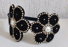 ***TIARA LUXO FLOR PRETA***    - Linda tiara com flor toda bordada com pérolas e strass na cor preta. Um encanto, muito luxo!!!  - contém: 1 peça.