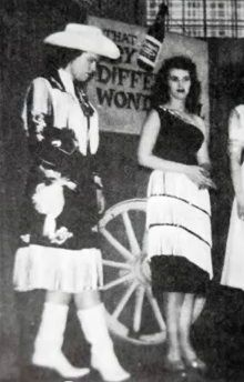 Patsy in early career Cowgirl attire Old Country Music, Country Music Stars, Country Music Singers, Country Artists, Sound Of Music, Good Music, Rock And Roll, Wanda Jackson, Western Costumes