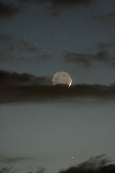 viage: The Moon Mercury and the Pleiades star cluster Sun Moon, Stars And Moon, Sky With Stars, Moon Shine, Dark Moon, Paradis Sombre, Le Grand Bleu, The Pleiades, The Moon Is Beautiful