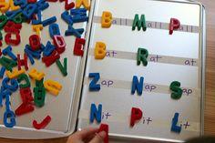construcción de palabras con los imanes y las bandejas para hornear