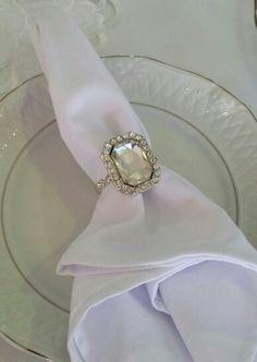 Lindo e delicado anel com cristal para decorar o guardanapo. Representa muito o casamento.