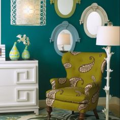 LOVE THIS CHAIR and of course the wallcolour:-)