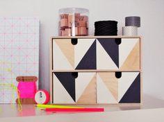 Customiser la mini commode Moppe Ikea Elle est vendue brute, donc très facile à peindre, on peut également utiliser des chutes de papier peint ou encore du papier adhésifs pour la décorer. On peut aussi fixer des boutons de portes de placards sur les tiroirs. Bref, comme d'autres produits basiques du géant suédois, elle peut être personnalisée à votre goût